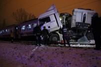 DUMLUPıNAR ÜNIVERSITESI - Kütahya'da Yolcu Treni Tıra Çarptı Açıklaması 1 Ölü, 14 Yaralı