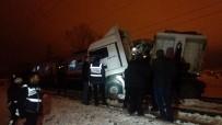 YOLCU TRENİ - Yolcu Treni Tıra Çarptı Açıklaması 1 Ölü, 5 Yaralı