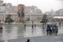 TAKSIM MEYDANı - Taksim'de Kar Etkisini Artırdı