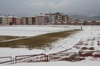KAR KÜREME ARACI - 1 Kişinin Koca Stadı Temizlemesi 'Samanlıkta İğne Aramak' Deyimini Akıllara Getirdi
