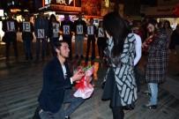 KAZIM ÖZALP - Doğum Gününe Gittiğini Zanneden Sevgiliye Çarşı Merkezinde Sürpriz Evlilik Teklifi