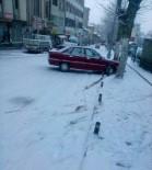 Karlı Yolda Kayan Araçlar Güvenlik Kamerasına Yansıdı