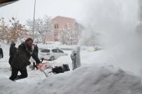 TAKSİ ŞOFÖRÜ - Muş'ta Kar Yağışı Hayatı Felç Etti