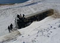 AYDıN ÖZER - Adilcevaz'da Tır Devrildi Açıklaması 1 Ölü