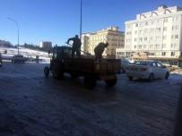 KALDIRIMLAR - Buz Pistine Dönen Yollar İle Kaldırımlar Tuzlanıyor