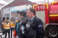 HÜRRİYET MAHALLESİ - Kahraman Polisler 10 Kişiyi Yangından Kurtardı