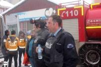 HÜRRİYET MAHALLESİ - Kahraman Polisler Yangından 10 Kişiyi Kurtardı