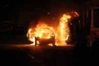 GÜMBET - Otomobil Sokak Ortasında Alev Alev Yandı