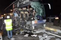 KIRTASİYE MALZEMESİ - Uşak'ta Otobüs Kamyona Arkadan Çarptı Açıklaması 1 Ölü, 12 Yaralı