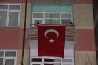 Kahraman şehidin baba evine Türk bayrakları asıldı