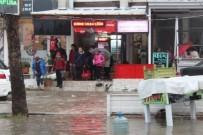 ŞİDDETLİ YAĞIŞ - Ayvalık'ta Şiddetli Yağış, Su Baskınlarını Beraberinde Getirdi
