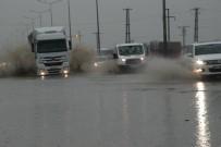 SAĞANAK YAĞMUR - Çorlu'da Yağmur Caddeleri Dereye Çevirdi