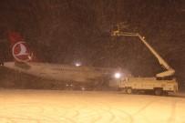 KAR KÜREME ARACI - İstanbul'da Hava Trafiğine Kar Engeli