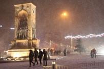 TAKSIM - Kar Yağışı Taksim Meydanı'nı Beyaza Bürüdü