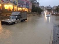 SAĞANAK YAĞMUR - Kuşadası'nda Caddeler Göle Döndü