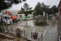 ŞİDDETLİ YAĞIŞ - Kuşadası'nda Okulun Çatısı Uçtu, 1 Çocuk Hafif Yaralandı