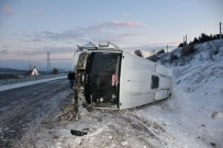 SERVİS OTOBÜSÜ - Akhisar'da Otobüs Şarampole Yuvarlandı