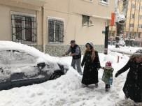 HAFTA SONU TATİLİ - Bursa'da Devrilen 2 Ağaç 2 Araca Hasar Verdi