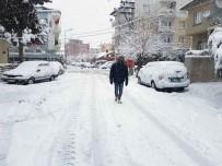 MUHAMMET AKYOL - Gördes'e Kar Yağışı Etkili Oluyor