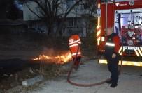 ANIZ YANGINI - Niksar'da Mahalle Arasındaki Anız Yangını Korkuttu