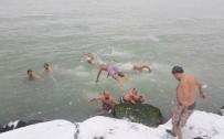 GRİP - Kar Yağışı Altında Buz Gibi Denize Böyle Girdiler