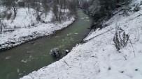 Karda Kayan Araç Irmağa Uçtu Açıklaması 3 Yaralı