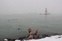 MANŞ DENIZI - Manş Denizi'ndeki Yarışlara Hazırlanan Yüzücüler Kar Altında Denize Girdi