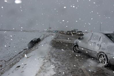 8 aracın karıştığı zincirleme kazada 3 kişi yaralandı