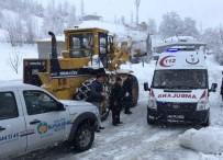 GÖVDELI - Ambulans Yolda Kalınca Devreye Belediye Ekipleri Girdi