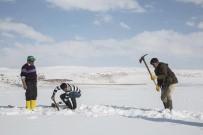 Buz Kaplı Gölde 'Eskimo' Usulü Balık Avı
