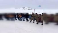 Hakkari'de vatandaş ve asker birlikte halay çekti