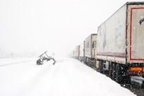 CEVDET CAN - Tokat'ta Uluslararası Yol Kar Yağışı Nedeniyle Ulaşıma Kapandı