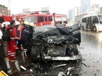LÜKS OTOMOBİL - Otomobil Yolcu Otobüsüne Çarptı Açıklaması 2 Yaralı