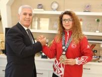 MUSTAFA BOZBEY - Başkan Bozbey Şampiyonla Bilek Güreşi Yaptı