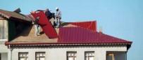 Çatıda İşçilerin Tehlikeli Mesaisi