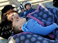 İNSAN KAÇAKÇILARI - Çeşme'de 54 Suriyeli Göçmen Yakalandı