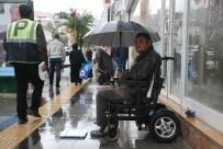 BEDENSEL ENGELLİ - Engelli Vatandaş Tartıcılık Yaparak Ailesine Destek Olmaya Çalışıyor