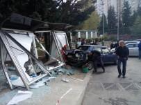 İLKOKUL ÖĞRENCİSİ - Kamyonet Otobüs Durağına Daldı Açıklaması 1 Öğrenci Yaralandı