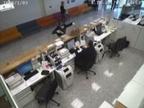 SOYGUN - Banka Soyguncusunu Güvenlik Kameraları Ele Verdi