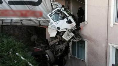 Yoldan çıkan tır binanın 3. katına girdi: 1 ölü