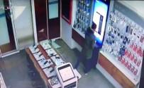 PARMAK İZİ - Hırsız 22 Saniyede İş Yerine 30 Bin TL'lik Telefon Çaldı