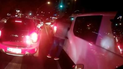 Işıklarda duran sürücüye yumruklu saldırı