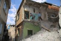 Siirt'te Dar Sokakta Bulunan Metruk Binalar İnsan Gücüyle Yıkılıyor
