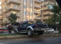 Araç Refüjde Asılı Kaldı