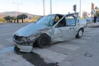 POLİS ARACI - Ekip Aracı İle Otomobil Çarpıştı Açıklaması 2 Yaralı