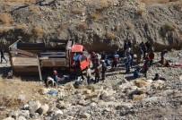 Kaçakları taşıyan kamyonet devrildi: 66 yaralı