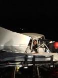 AHMET ACAR - Otomobiller Kafa Kafaya Çarpıştı Açıklaması 2'Si Ağır 5 Yaralı