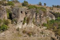 Uşak'ta 7 Bin Yıllık Kaya Mezar Ve Evler İlgi Bekliyor