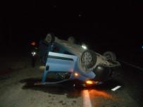 TİCARİ ARAÇ - Adıyaman'da Hafif Ticari Araç İle Minibüs Çarpıştı Açıklaması 3 Yaralı