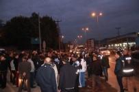 FARUK ARSLAN - Kazalara Tepki Gösteren Mahalleli Karayolunu Kapattı